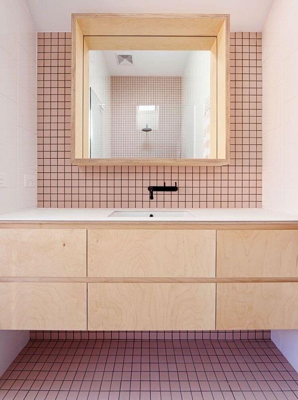 Banheiro rosa com revestimento rosa torneira preta