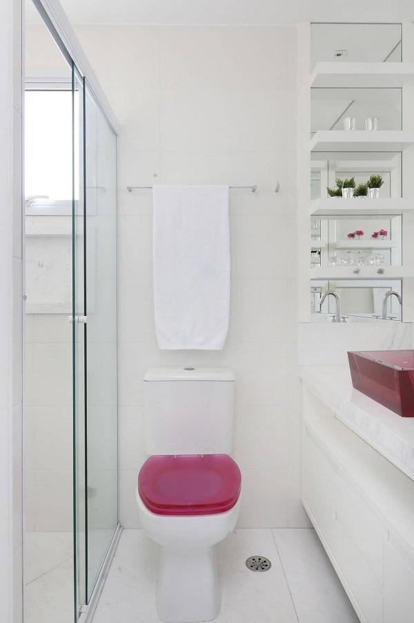Banheiro rosa com vaso e cuba rosa