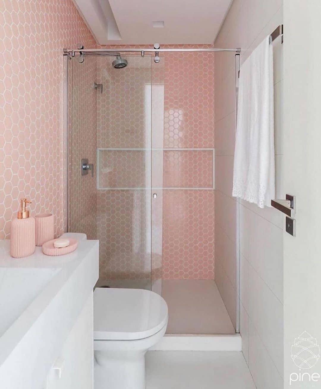 Banheiro rosa e branco com pastilhas e kit banheiro rosa