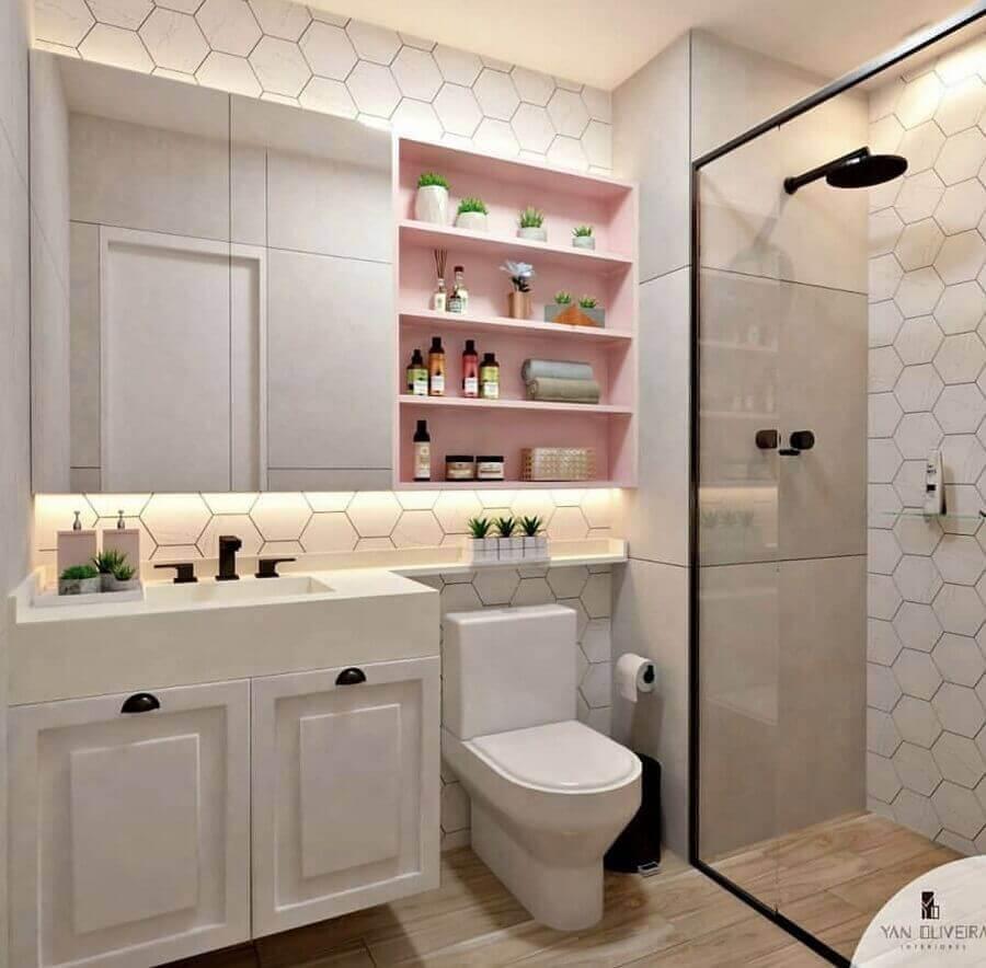 Banheiro rosa e branco com prateleiras rosa