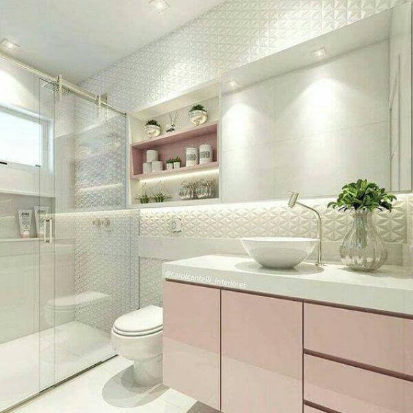 Banheiro rosa e branco com textura