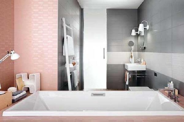 Banheiro rosa e cinza com diferentes revestimentos