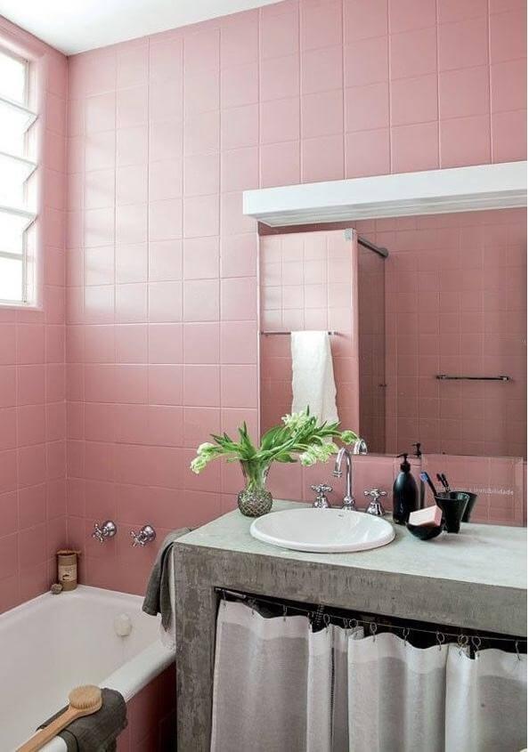 Banheiro rosa e cinza com ladrilhos rosa e tampo cinza