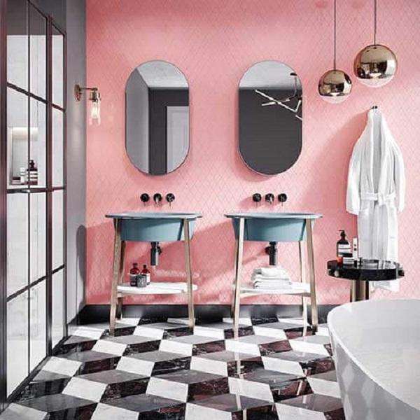 Banheiro rosa e cinza cuba cinza e apoio de madeira