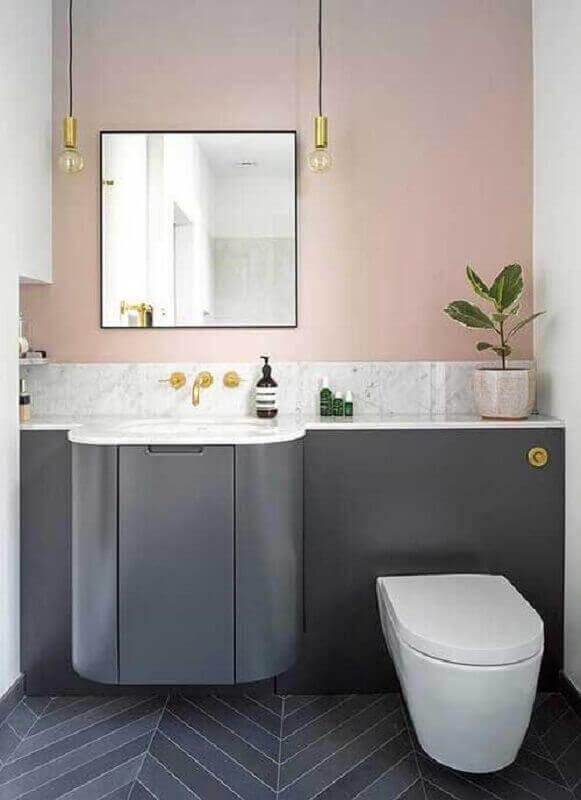 Banheiro rosa e cinza gabinete cinza e paredes rosas