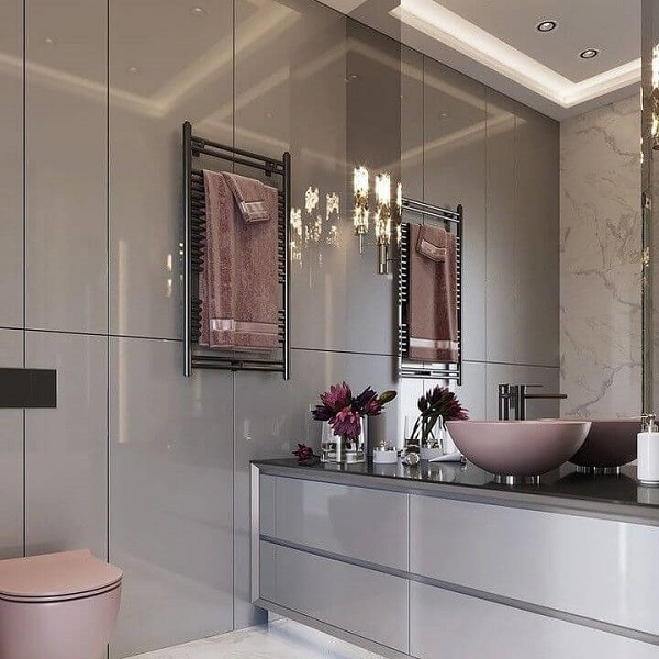 Banheiro rosa e cinza parede e gabinete cinza vaso e cuba rosa
