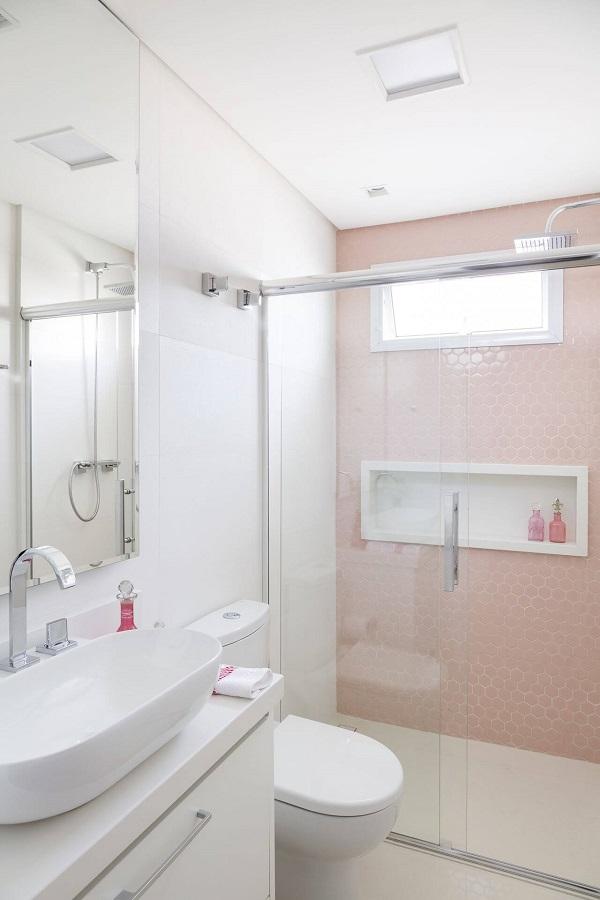 Banheiro rosa parede com revestimentos rosa e bancada branca