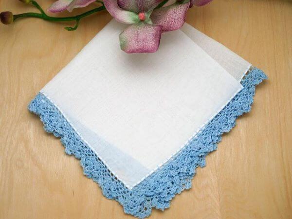 Guardanapo de crochê branco e azul