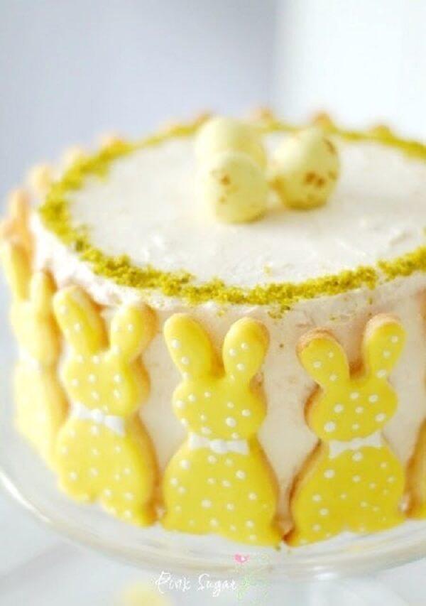 Bolo de páscoa com decoração em amarelo
