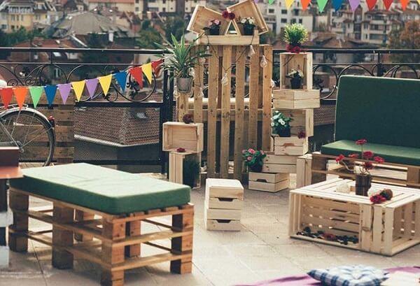 Caixotes de feira e pallet formam uma linda decoração