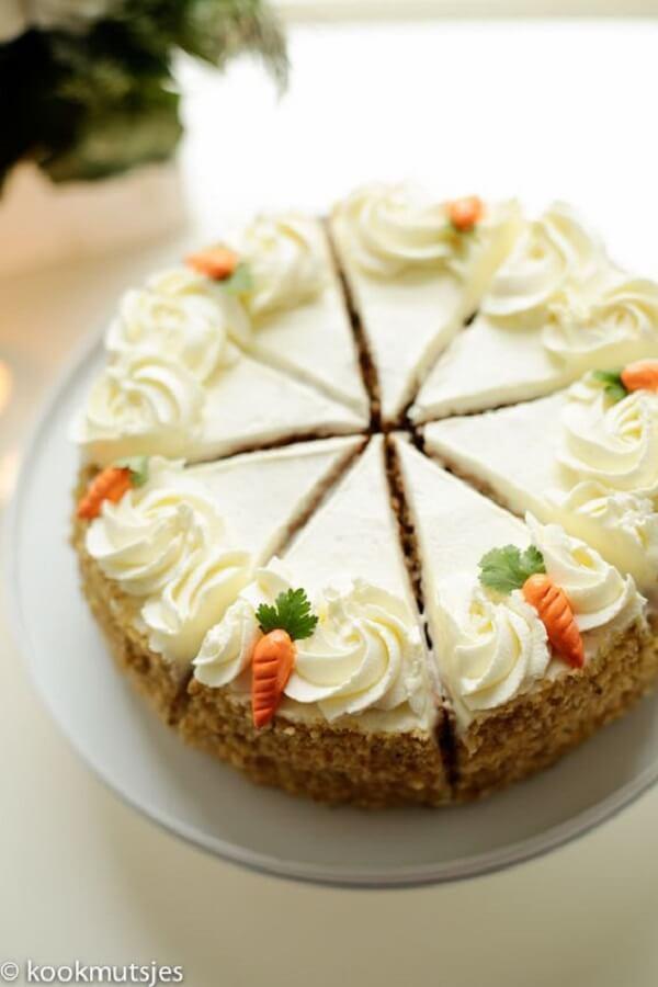 Chantilly e mini cenourinhas decoram o topo de bolo