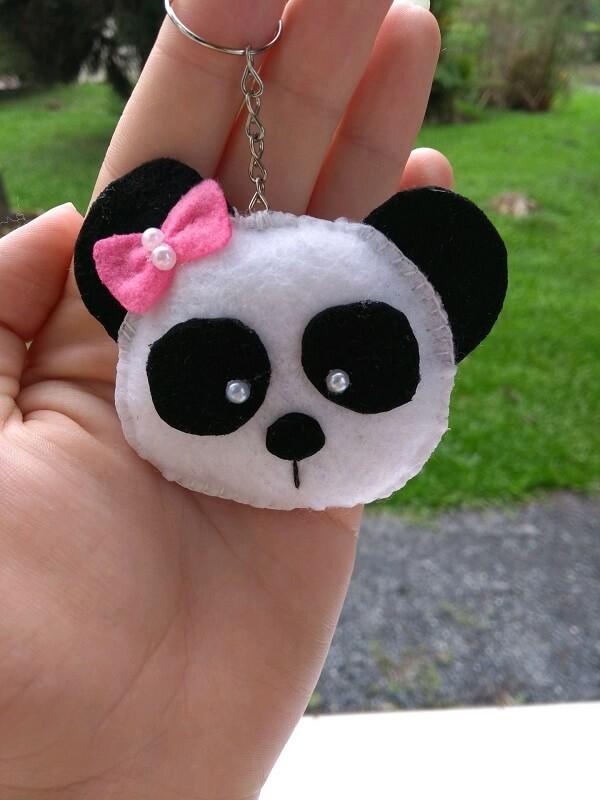 Chaveiro de feltro em formato de panda
