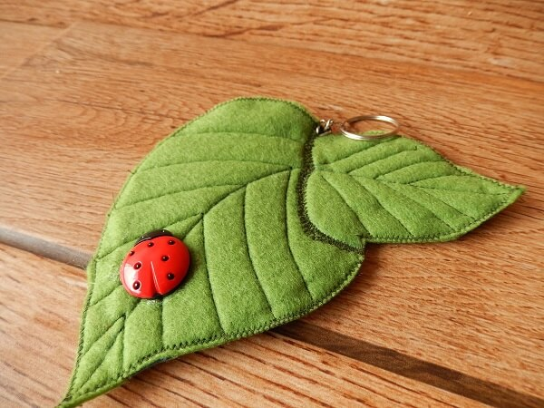 Chaveiro de feltro em formato de folha sem enchimento