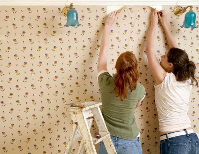Como colar tecido na parede mulheres colando