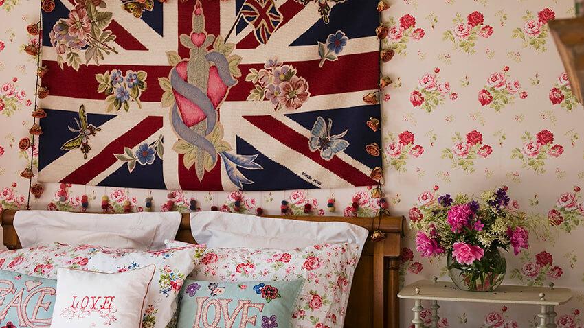 Como colar tecido na parede tecido florido