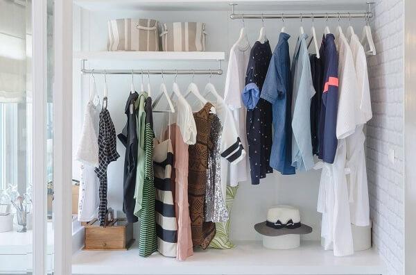 Como tirar pelo de roupa quarda roupa com peças em cabides
