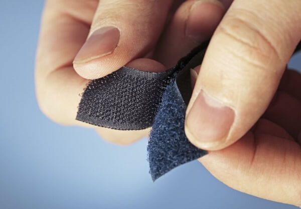 Como tirar pelo de roupa velcro fundo azul