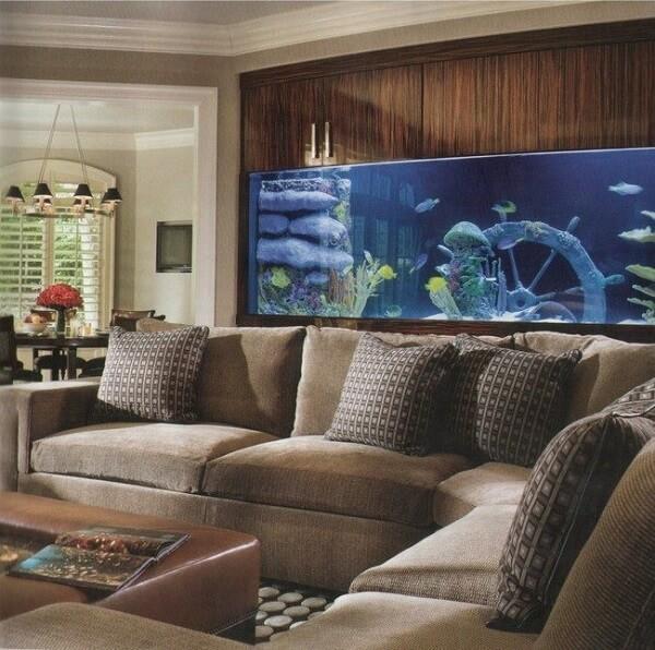 Complemente a decoração da sala de estar com um lindo aquário