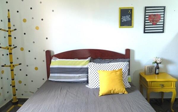 Criado mudo amarelo retrô