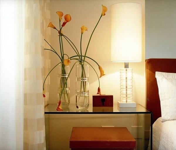 O móvel em vidro traz sofisticação para o quarto