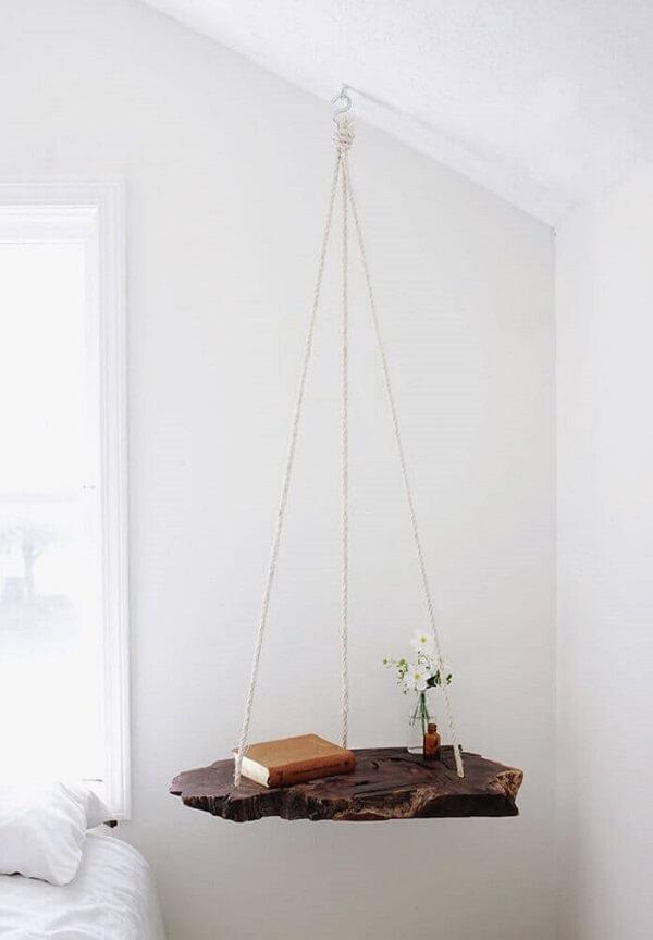 Criado moderno feito com madeira e suspenso por cordas