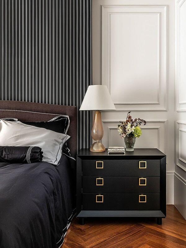 O criado mudo preto traz elegância para o dormitório