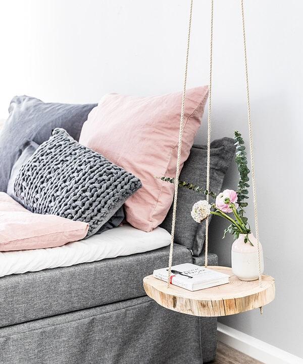 Criado mudo suspenso criativo feito com madeira e corda