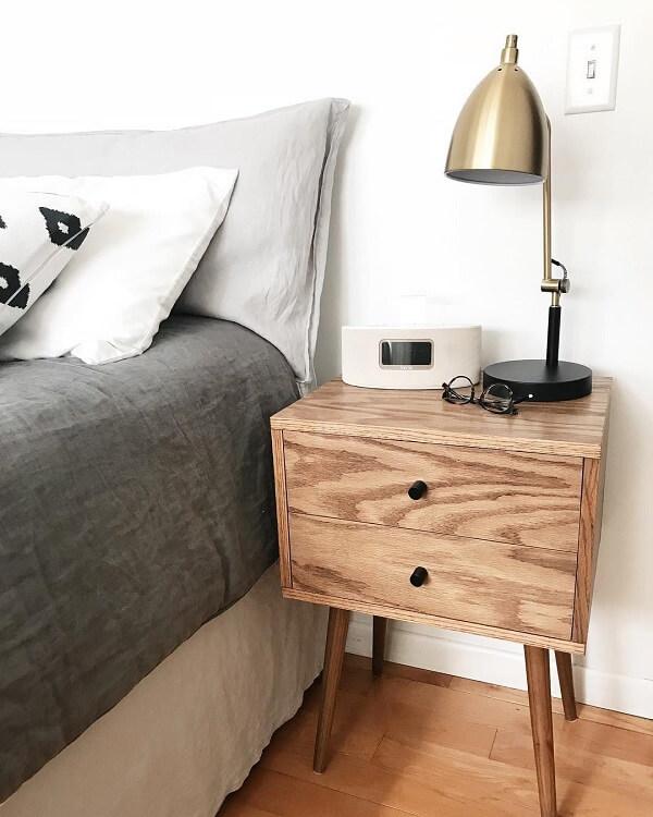 Decoração rústica com criado de madeira