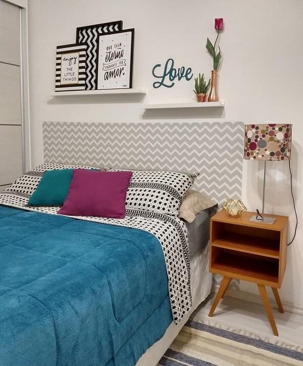Decore o quarto de casal com criado de madeira