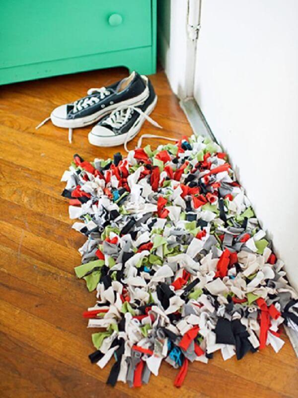 Decore seu ambiente com tapete de retalhos feito com camisetas antigas