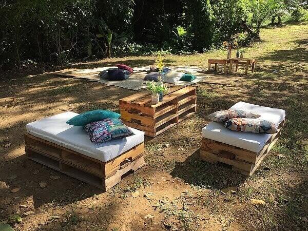 Decore sua área de lazer pequena com mesa e bancos de pallet
