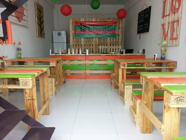 Estabelecimento comercial com mesa e banco de pallet
