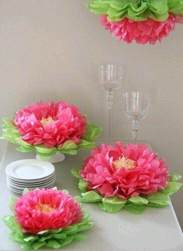 Use as flores de papel de seda para decorar sua festa