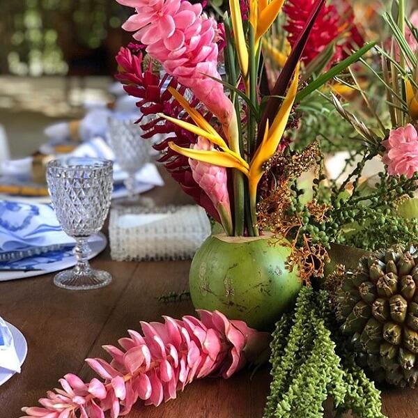 Flores tropicais alpínias em vaso e diversas
