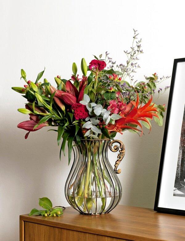 Flores tropicais diversas em vaso