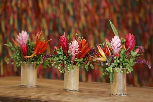 Flores tropicais diversas em vasos de vidro