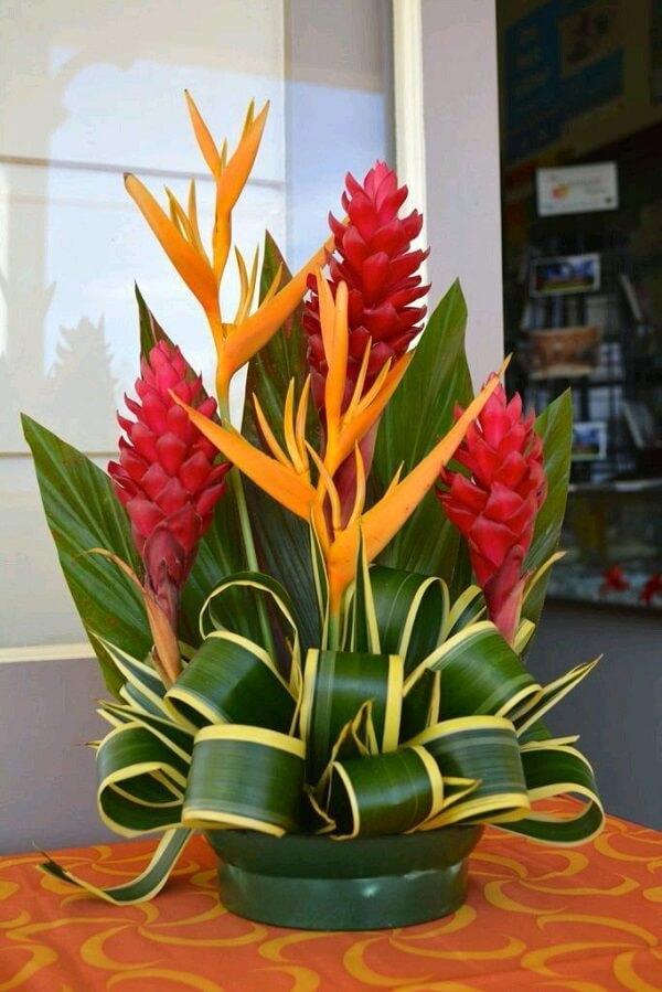 Flores tropicais vaso de alpínias