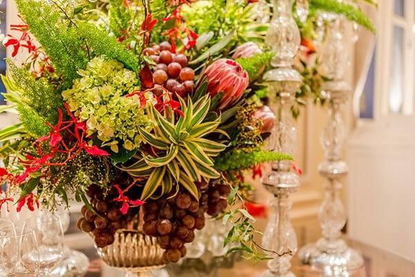 Flores tropicais arranjos com castiçais