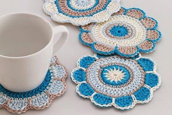 Guardanapo de crochê usado como porta copos
