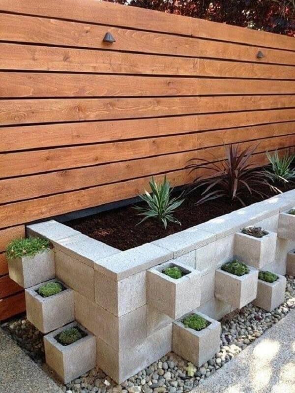 Canteiro de concreto com blocos como vasos