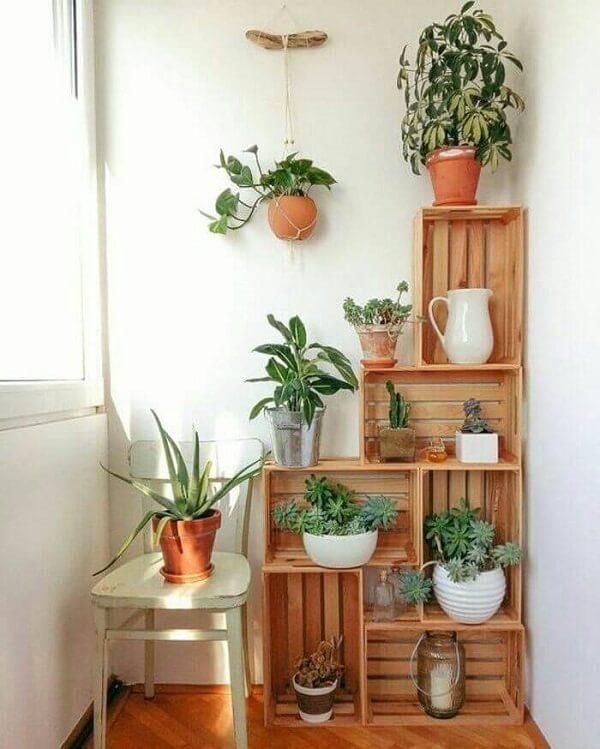 Caixotes de madeira como apoiadores de vasos brancos