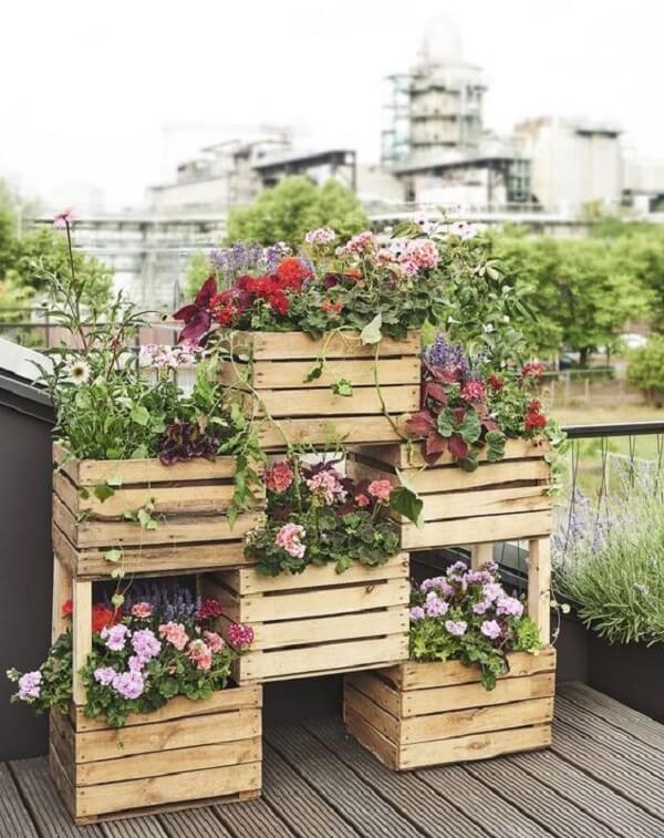 Caixotes alinhados com flores coloridas
