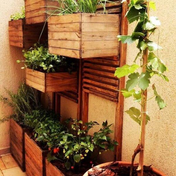 Caixotes de madeira suspensos, vaso de cerâmica