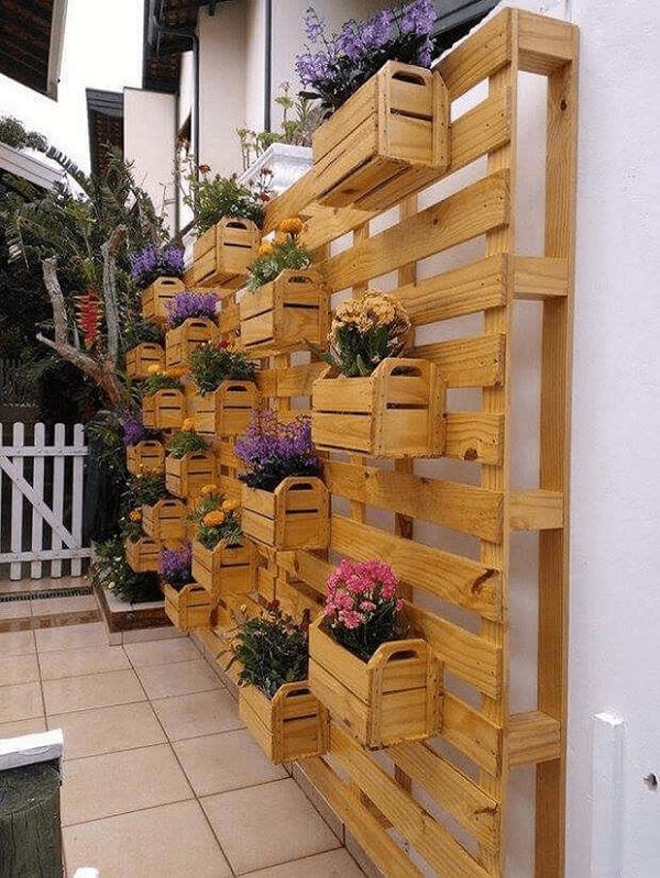 Diversos caixotes suspensos com flores coloridas