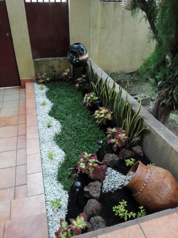 Canteiro decorado com grama e pedras