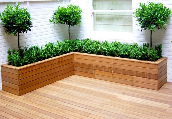 Canteiro de madeira em l com plantas