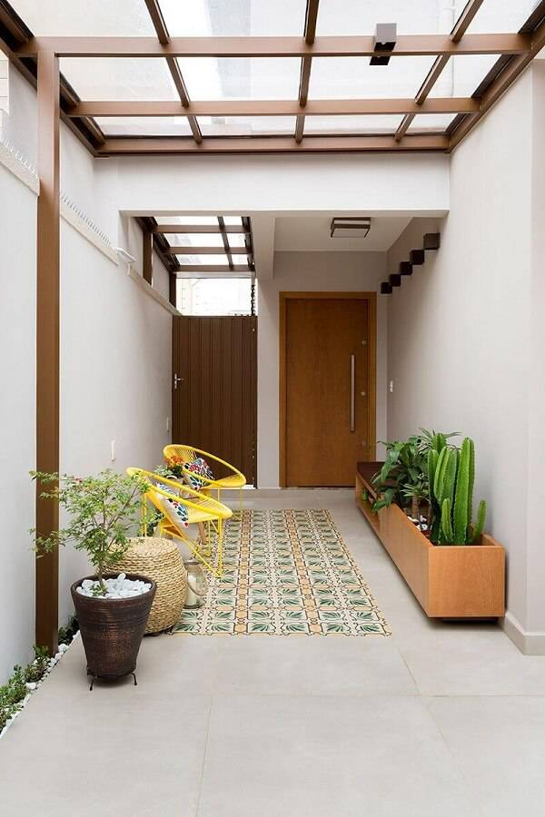 Canteiro móvel de madeira com plantas, bancos amarelos, vaso grande com planta