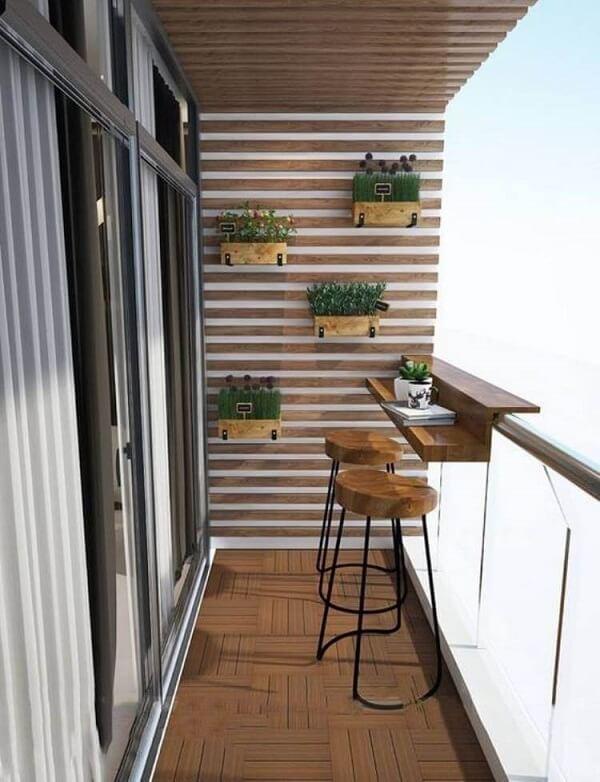Quatro canteiros de madeira suspensos, suporte de mesa no parapeito e duas banquetas