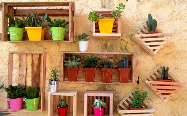 Caixotes de madeira suspensos como apoiadores de vasos