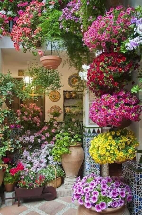 35. Para alegrar seu jardim simples a dica é escolher flores com cores vibrantes e mesclar diferentes vasos e seus tamanhos - Foto: Via Pinterest